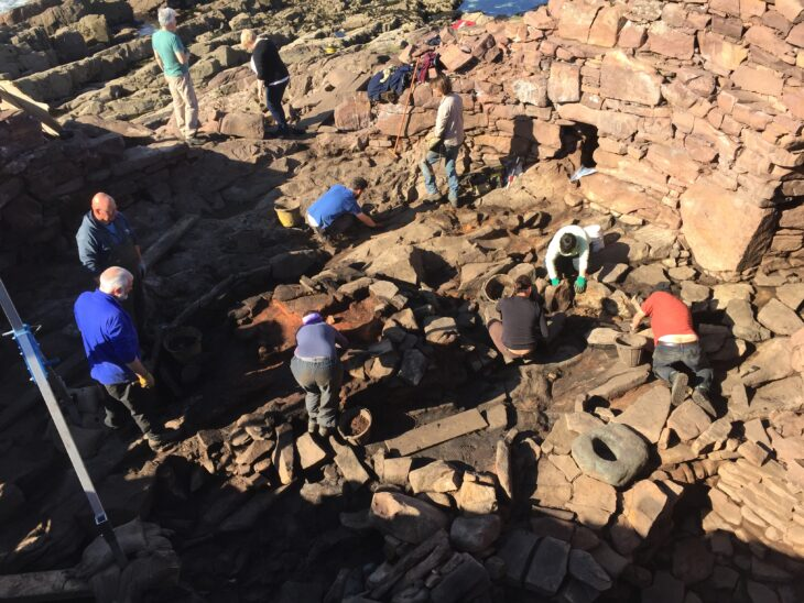 Archaeologists and volunteers excavate Clachtoll Broch in Summer 2017 © AOC Archaeology